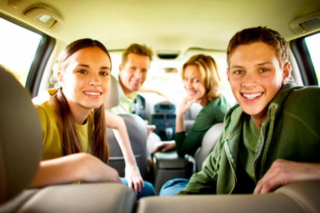 Las ventajas de alquilar un coche frente al transporte público en un viaje